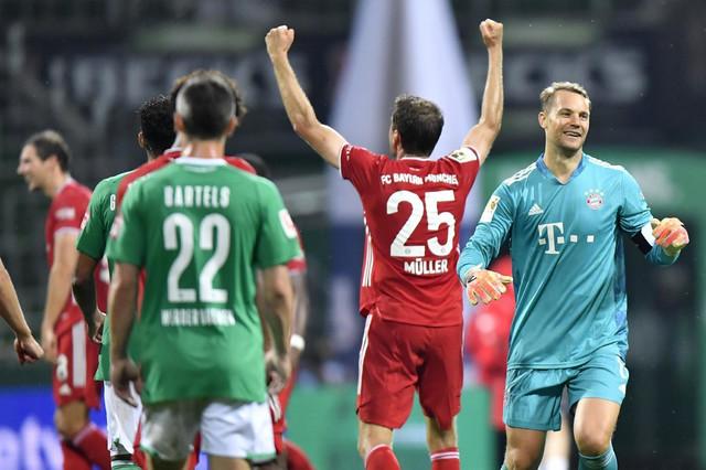 Tomas Miler i, desno od njega, golman FK Bajern Minhen, Manuel Nojer, slave u Bremenu