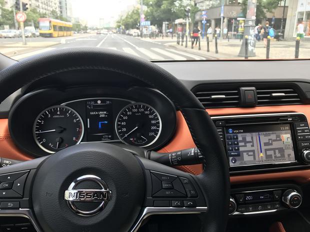 Dobry pomysl. Dodatkowy ekran między zegarami. Nissan Micra