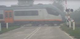 Groza na przejeździe! Szlabany podniesione, a po torach pędzi pociąg