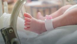 Głowno: Matka z czterema promilami, noworodek miał trzy. Kobieta do tej pory nie wytrzeźwiała