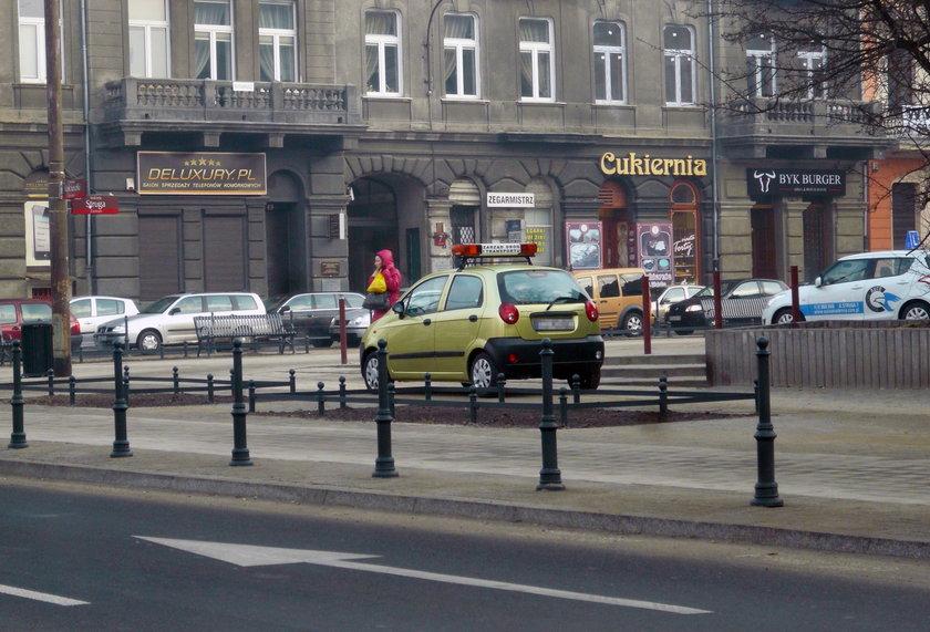 Samochód ZDiT parkujący na skwerze przy ul. Struga