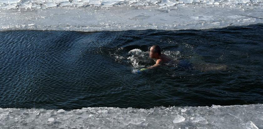 Tragedia w czasie morsowania! Próbował przepłynąć pod lodem