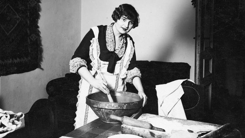 Aktorka Stanisława Mazarekówna pozuje przy pieczeniu ciasta. Żadne przedwojenne święta nie mogły się obyć bez słodkości. Tylko najbogatsi pozwalali sobie na zamówienie wypieków w cukierni