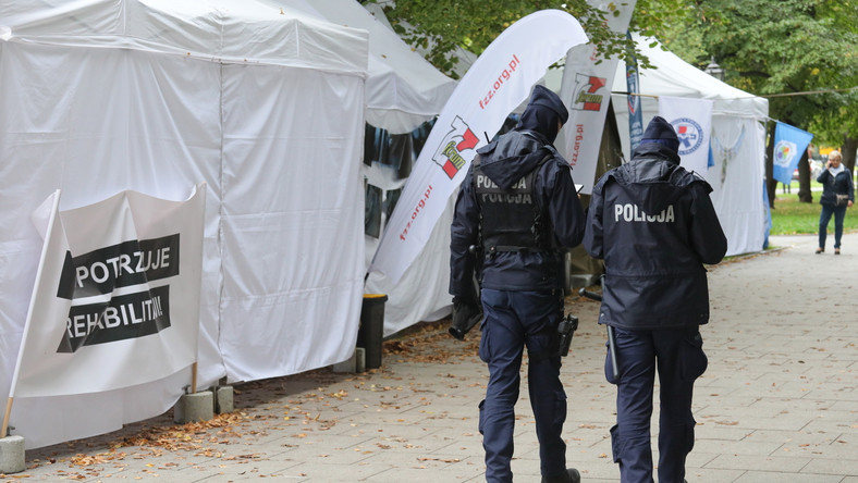 """Patrol policji w tzw. """"białym miasteczku"""" przed siedzibą Kancelarii Prezesa Rady Ministrów w Warszawie"""
