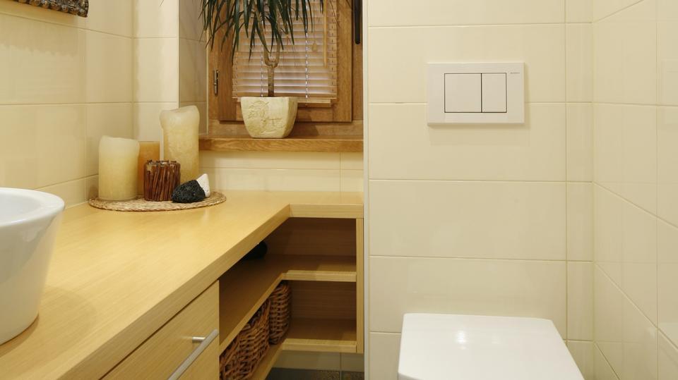 2. Mimo że łazienka jest wąska, przestrzeń została wykorzystana optymalnie i pomysłowo.