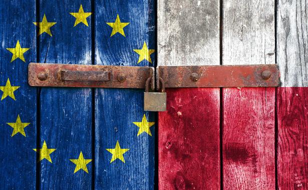 Szef rządu nie może w polityce europejskiej całkowicie zrezygnować z prawicowej retoryki, ale nie może jej zaufać. Zdaje sobie sprawę, że straszenie polexitem przestaje być skuteczne w rozmowach z europejskimi partnerami – niektórych z nich rozwód z Polską już bowiem nie przeraża