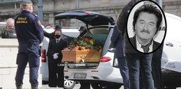 Pogrzeb Krzysztofa Krawczyka.Tłum chciał dotknąć trumny. Straż pilnowała karawanu