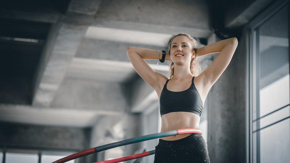 Hula-hooping to złożona aktywność fizyczna, która wymaga odpowiedniej synchronizacji