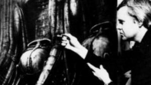 "H.R.Giger podczas pracy na scenografią filmu ""Obcy - Ósmy pazażer Nostromo"""