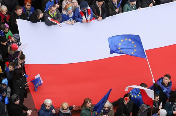 """Uczestnicy Marszu dla Europy pod hasłem: """"Kocham Cię, Europo!"""", zbierają się do wspólnego zdjęcia na Placu Zamkowym w Warszawie."""