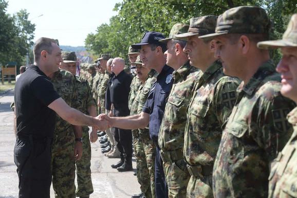 Vulin sa pripadnicima Vojske Srbije