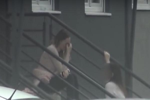 Sela na stepenište i jecala na sav glas: Pojavio se CEO SNIMAK nastao prilikom napada na Anabelu, pevačica nije mogla da dođe sebi! (VIDEO)