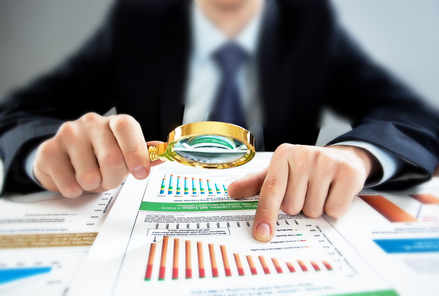 Spadek stóp procentowych, marży odsetkowej, dodatkowe opłaty regulacyjne oraz wyraźne oznaki spowolnienia gospodarczego uderzą w sektor bankowy.