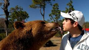 Odważna matka i syn sami zajmują się 14 ogromnymi niedźwiedziami. Trzymają je we własnym ogrodzie!