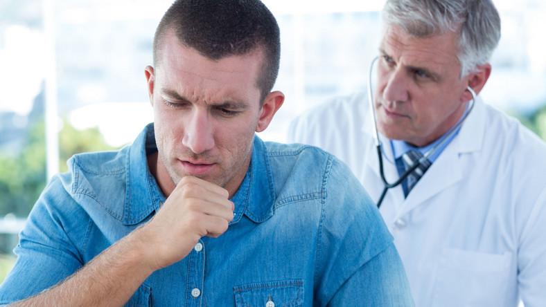 Kaszlący mężczyzna u lekarza