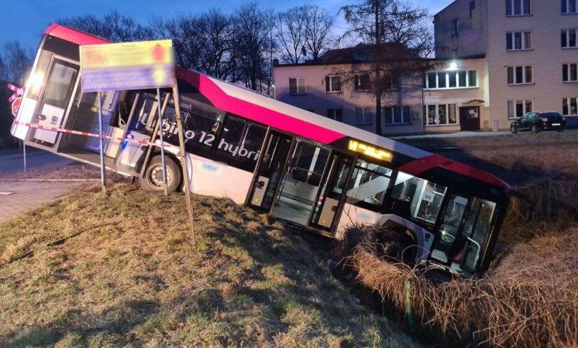 Autobus zjechał ze skarpy. Jedna osoba w szpitalu