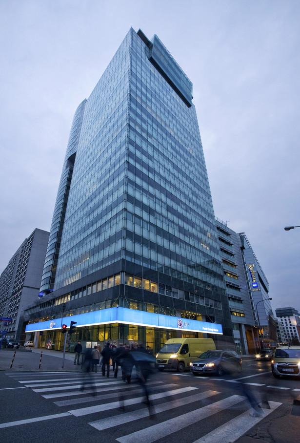 Plan prywatyzacji na lata 2008-12 przewiduje sprzedaż ponad 800 podmiotów, dotychczas udało się sprywatyzować 422 firmy - poinformował wiceminister skarbu Adam Leszkiewicz. W trakcie sprzedaży jest 350 firm, resort nie chce pozbywać się spółek strategicznych - zaznaczył. Na zdj. Siedziba PZU w Warszawie, fot. Bloomberg