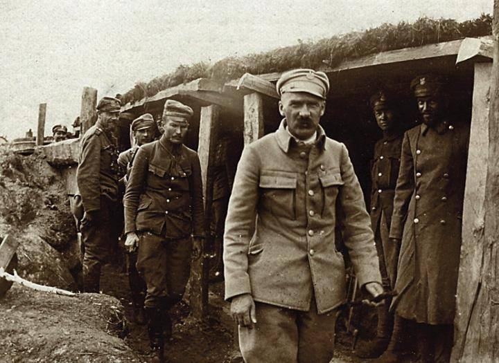 """Józef Piłsudski w okopach na Wołyniu 1916. Źródło: Wacław Lipiński 'Walka zbrojna o niepodległość Polski 1864-1918"""", Warszawa 1935"""