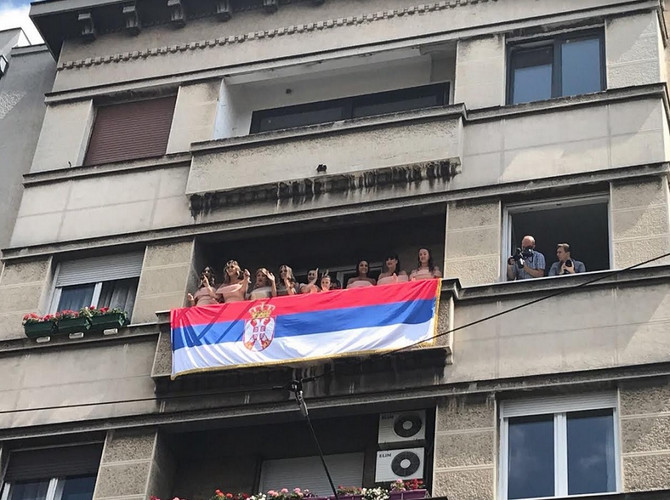 Srpska zastava na terasi mladinog stana