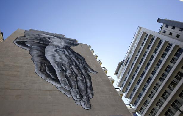 Grecja, grafitti na ścianie jednego z apartamentowców w Atenach