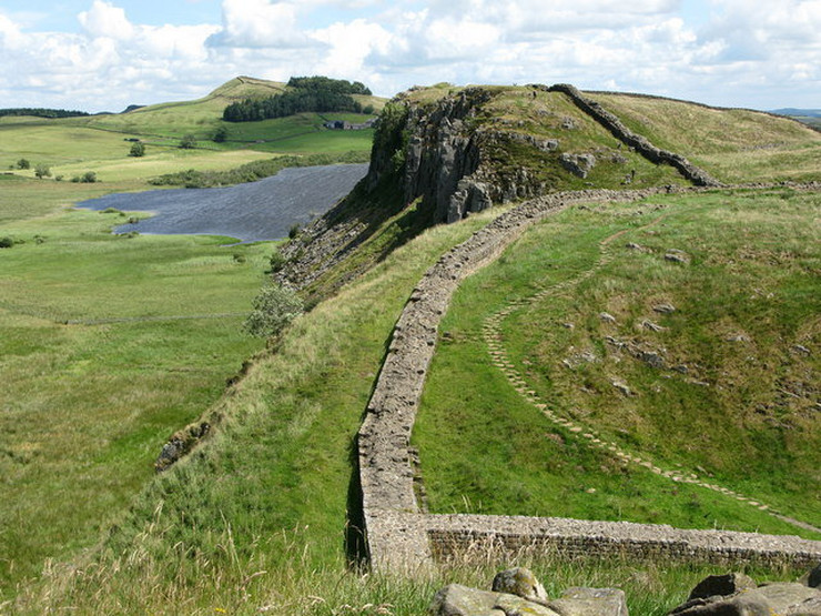 279949_hadrians-wall-and-highshield-crags-britanija-wiki