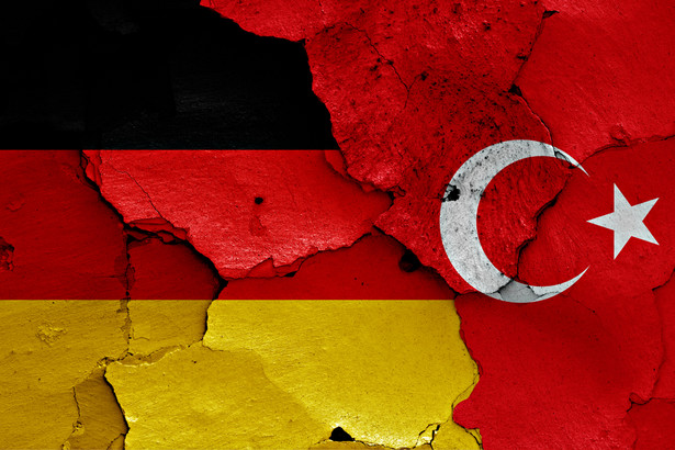 Ponad 63 proc. Turków mieszkających w Niemczech poparło reformę wprowadzającą w Turcji system prezydencki; frekwencja wśród nich wyniosła 46 proc. Tak szerokie poparcie Turków w Niemczech dla postulatów, które zaproponował prezydent Recep Tayyip Erdogan, było dla wielu komentatorów zaskakujące - przypomina dpa.