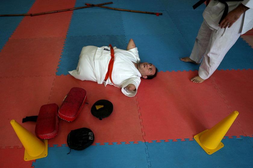 Niezwykła pasja 24-latka. Nie ma rąk i nóg, a trenuje karate