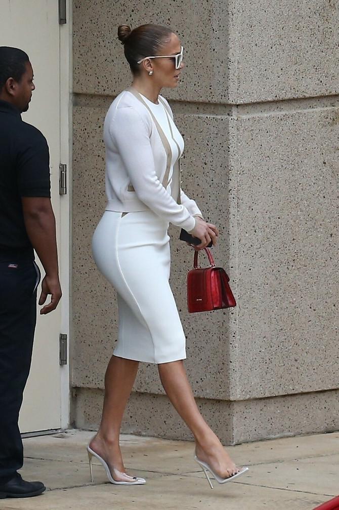 Džej Lo u beloj haljini