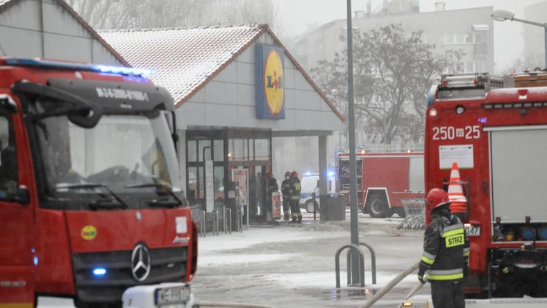 Dogaszanie pożaru części magazynowej sklepu Lidl w Warszawie przy ul. Kasprowicza