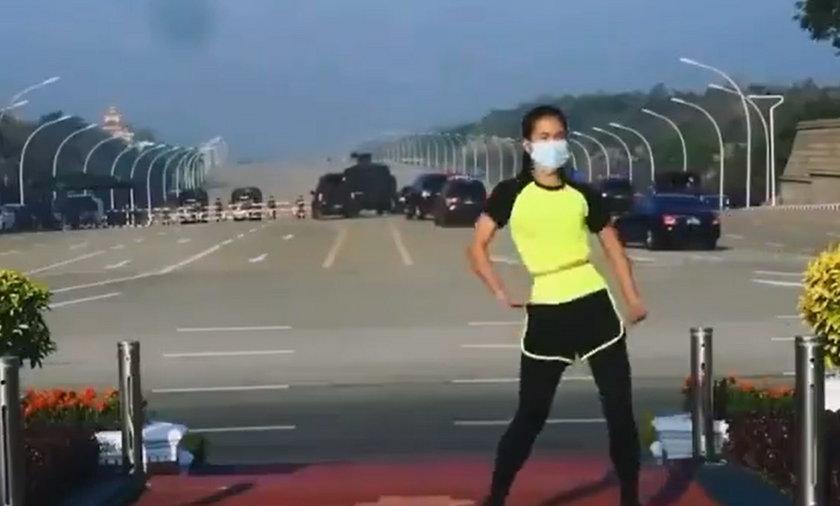Nagrywała ćwiczenia, a za jej plecami trwał zamach stanu