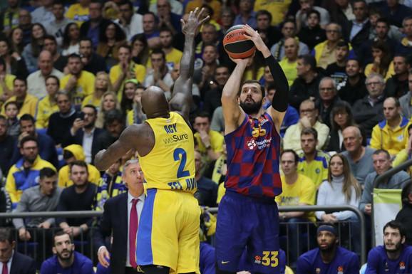 Nikola Mirotić pogađa trojku