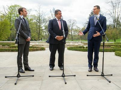 Premier Morawiecki leci do Brukseli. Na zdjęciu: spotkanie ministrów gospodarki z 2016 r. Od lewej: Emmanuel Macron, Sigmar Gabriel, Mateusz Morawiecki