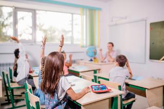 Czy dzieci chodzą do kościoła? RPO pyta MEN o szkolne ankiety sondujące sytuację rodzinną uczniów