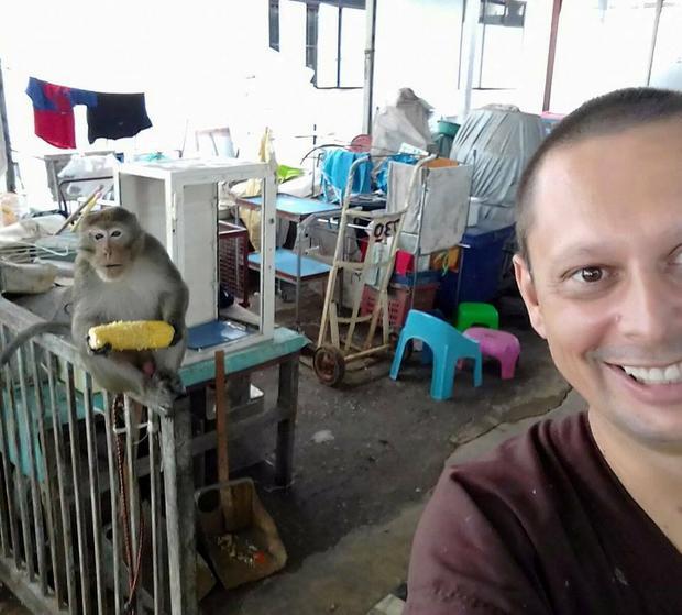 Brat Dawid w kuchni w zakonie Thamkrabok