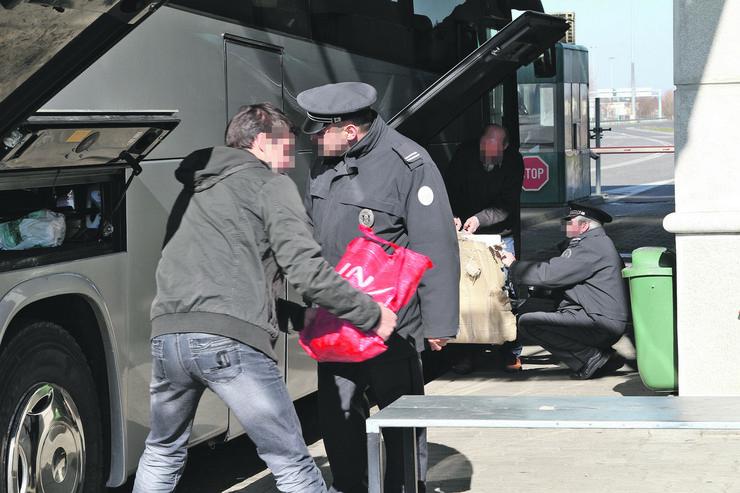 Kontrola autobuskog prtljaga foto Uprava carina