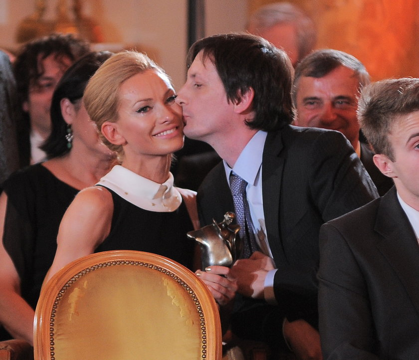 Mąż całuje Joannę Moro