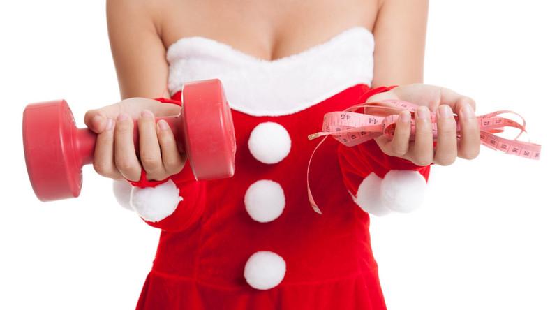 """Oczywiście, jest ryzyko, że osoba obdarowywana poczuje się dotknięta, ale zawsze można obrócić to w żart i przyznać, że pewnie Święty Mikołaj przez przypadek spakował swoje rzeczy. Można też uciąć: """"Nie chcesz? Rzeczywiście, nie potrzebujesz. A mnie się przyda! Mogę?"""". Idziemy o zakład, że prezent jednak nie zmieni właściciela."""