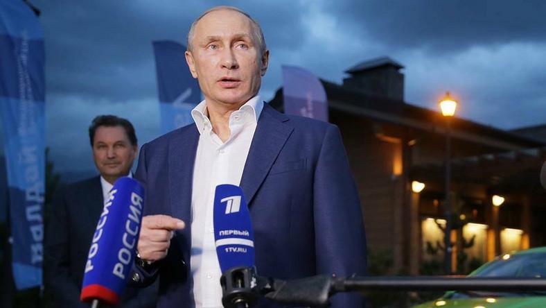 Kiedy 15 lat temu Władimir Putin pierwszy raz zasiadł na fotelu prezydenta Rosji moloch AvtoVAZ był w fatalnej kondycji. Putin nie pozwolił na agonię rodzimego koncernu. W 2008 roku za miliard dolarów francusko-japoński gigant Renault-Nissan kupił 25 proc. akcji w rosyjskiej firmie. Rok później ich wartość poleciała na łeb, na szyję do 200 mln dolarów. W upadający zakład władze Rosji wtłoczyły 800 mln dolarów. Sam Putin promował nowe modele Łady, a zagranicznym inwestorom postawił ultimatum - jeśli nie zajmą się reformą zakładów w Togliatti, to… stracą swoje udziały. Efekt?