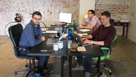 Grzegorz Pietruszyński (pierwszy z lewej) założył Growbots w 2014 roku razem z Łukaszem Deką