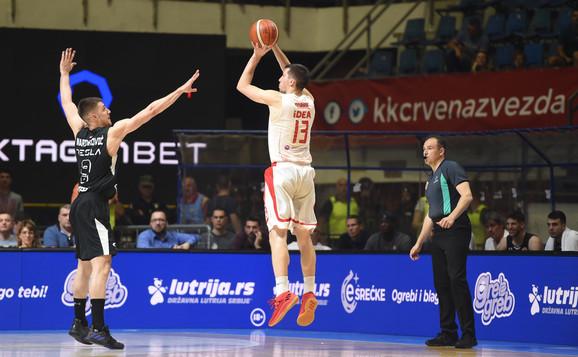 Vanja Marinković pokušava da izblokira Ognjena Dobrića tokom večitog derbija