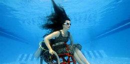 Na wózku inwalidzkim akrobacje pod wodą