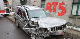 Straszny wypadek. Jeep staranował dom