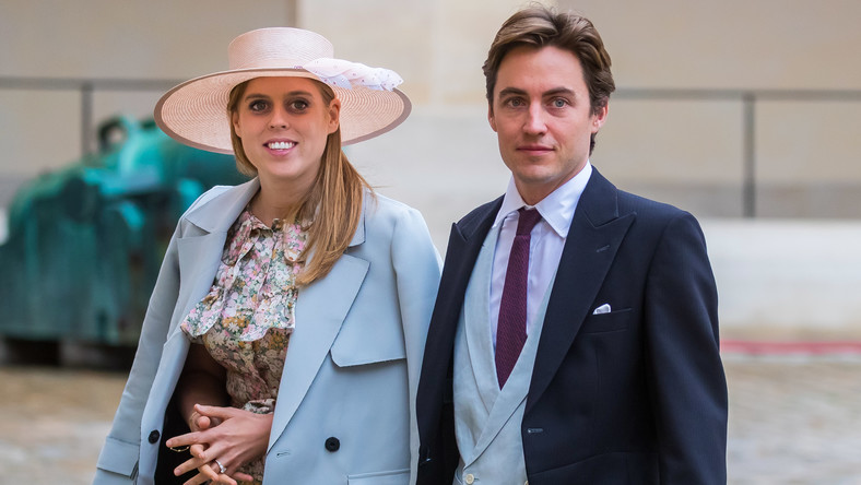 epa08551673 (FILE) - Britain's Princess Beatrice of York (L) and her betrothed Edoardo Mapelli Mozzi (R) arrive for the wedding ceremony of the Prince Napoleon Countess Arco-Zinneberg at the Saint-Louis-des-Invalides cathedral at the Invalides National Hotel in Paris, France, 19 October 2019 (reissued 17 July 2020). British media reports on 17 July 2020 state Princess Beatrice of York and her fiance Edoardo Mapelli Mozzi have married at a private ceremony. The two had planned to marry on 29 May 2020 at St James's Palace, but the ceremony was postponed as a result of the coronavirus outbreak. EPA/CHRISTOPHE PETIT TESSON *** Local Caption *** 55561152 Dostawca: PAP/EPA.