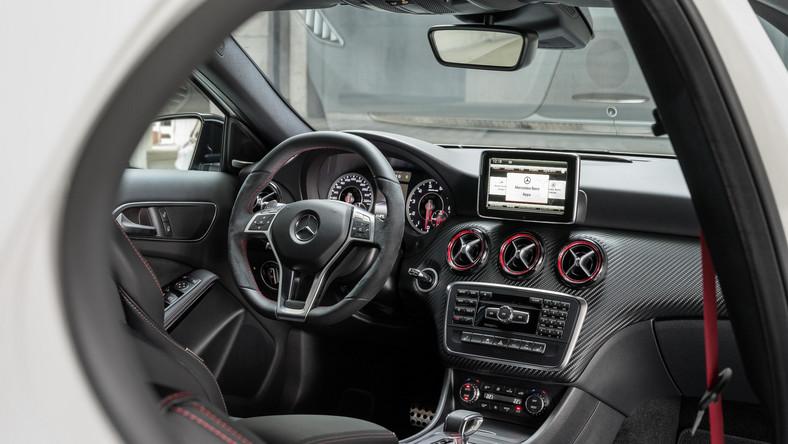 Mercedes potrząsnął konkurencją! Najnowsza bestyjka z logo AMG nie jest wielka ale za to waleczne serce - pod maską kryje się aż 360 KM i 450 Nm maksymalnego momentu obrotowego (w przedziale 2250 a 5000 obr./min). Zdaniem speców z Niemiec to najmocniejsza 4-cylindrowa jednostka na świecie, pod względem mocy uzyskanej z jednego litra pojemności - 181 KM - deklasująca nawet najmocniejsze auta sportowe…