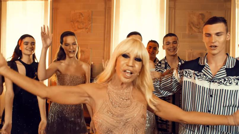 "Donatella Versace z modelami wykonują ""Versace on the floor"""