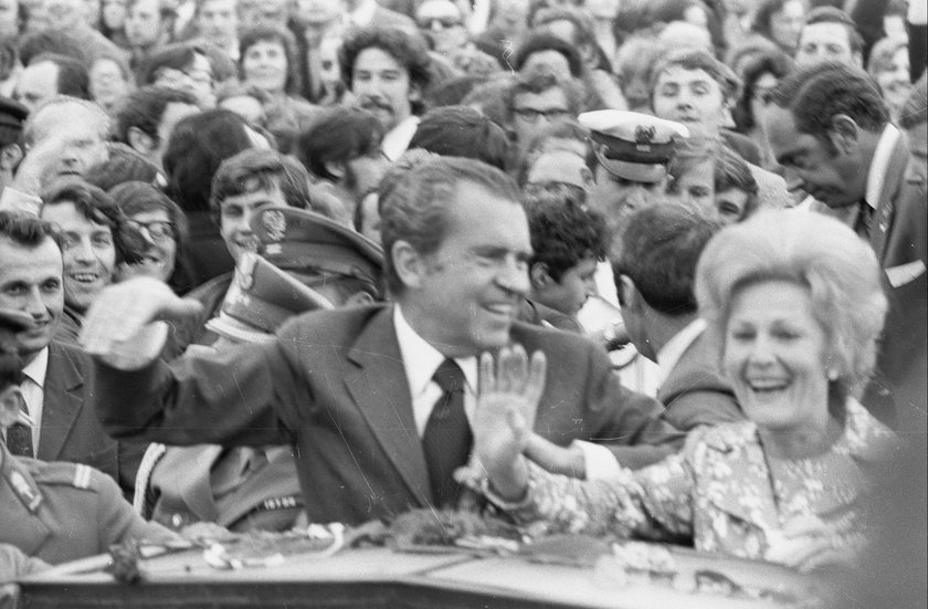 Richard Nixon wraz z żoną pozdrawiają warszawiaków