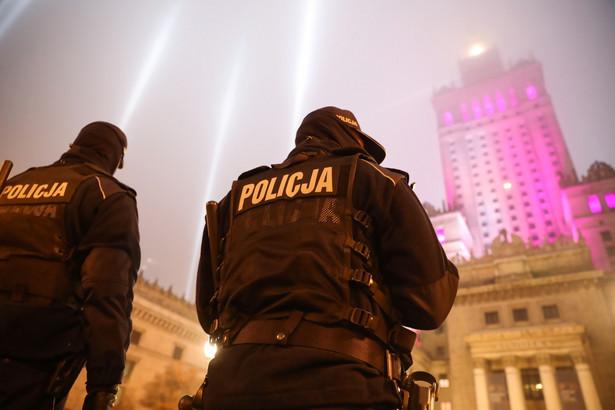 Patrol policji przed Pałacem Kultury i Nauki w Warszawie