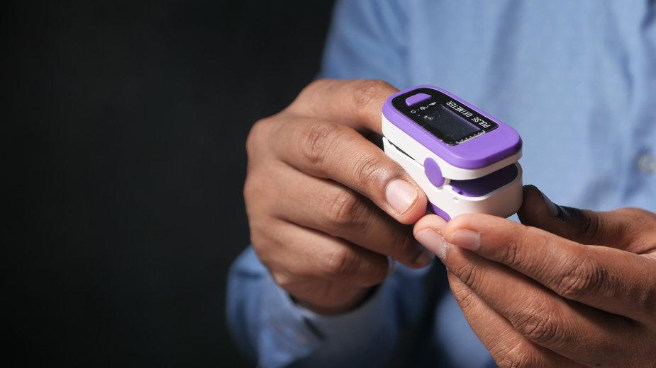 Pulsoksymetr to urządzenie medyczne służące do pomiaru wysycenia krwi tlenem, czyli saturacji