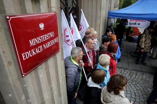 W manifestacji, którą zorganizował Związek Nauczycielstwa Polskiego, uczestniczyli nauczyciele, rodzice, samorządowcy i politycy partii opozycyjnych. ZNP szacuje, że było to blisko 400 osób