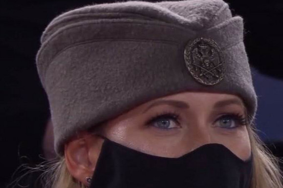 """Ove plave oči su ZAINTRIGIRALE PLANETU: """"Da, ja sam ta! Znam Novaka odavno, Dejan je moj rođak!"""" Otkriveno ko je Srpkinja sa šajkačom koja je bodrila Đokovića u Melburnu!"""